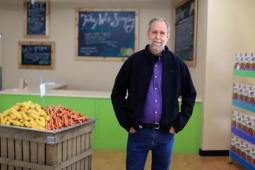 70岁大叔开超市,专卖过期食品,买的人却排起了长队···